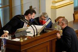 Ministr zdravotnictví Jan Blatný diskutuje v Poslanecké sněmovně s jejím předsedou Radkem Vondráčkem (ANO) a místopředsedou Vojtěchem Filipem (KSČM) (19. 11. 2020)