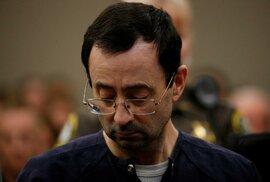 Lékař Larry Nassar obtěžoval mladé gymnastky a jeho chování bylo vedením gymnastického výboru zametáno pod koberec.