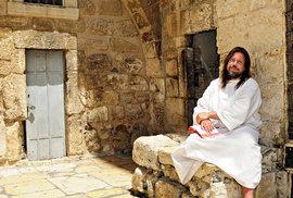 Podle Ježíšova vzoru chodí Kanaďan Jacob v bílé říze, čte posvátné texty a žije skromně.