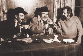 Posezení u hospodského stolu patrně v pivnici U Jelínků: MK, Jan Werich a Zdeněk Podskalský
