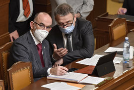 Jednání Sněmovny o prodloužení nouzového stavu: Ministr zdravotnictví Jan Blatný (za ANO) a ministr kultury Lubomír Zaorálek (ČSSD), (22.12.2020)