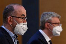 Zleva ministr zdravotnictví Jan Blatný a místopředseda vlády Karel Havlíček na tiskové konferenci po mimořádném jednání vlády o nových opatřeních v boji proti koronaviru