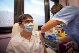 Lékařka motolské nemocnice v Praze dostává v den zahájení očkování proti nemoci covid-19 dávku vakcíny (27. 12. 2020)