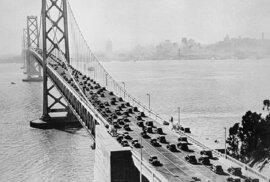 Dostavěný most na dobovém snímku
