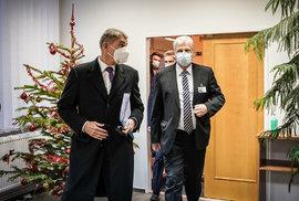 Očkování proti covidu v ČR: Premiér Babiš na inspekci ve FN Motol, vpravo její ředitel Miloslav Ludvík, někdejší ministr zdravotníctví