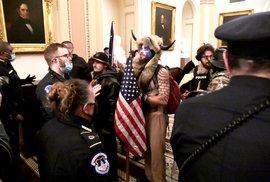Trumpovi příznivci uvnitř Kapitolu.