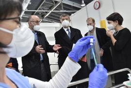 Ministr Blatný s premiérem dohlížejí na očkování v brněnské záložní nemocnici.