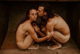 Jak je Bůh stvořil: Mladý pár tanečníků cestuje po celém světě a sdílí své nahé fotografie