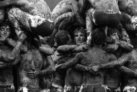 Zablácená těla a vyčerpané výrazy: Unikátní snímky vojáků ze spartakiády, které…