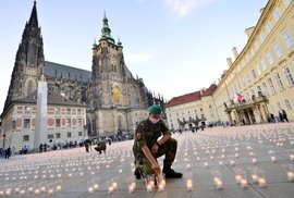 Zpackaná pieta. Hrad zapálil 30 tisíc svíček za oběti covidu v pivních kelímcích,…