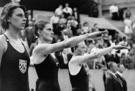 Krásky z plaveckých soutěží na černobílých snímcích z první poloviny 20. století