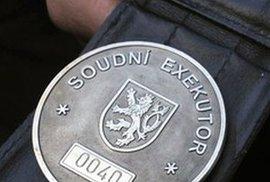 Česko prý ekonomicky vzkvétá, přesto je milion lidí finančně na dně. U nich si tradiční politické strany neškrtnou