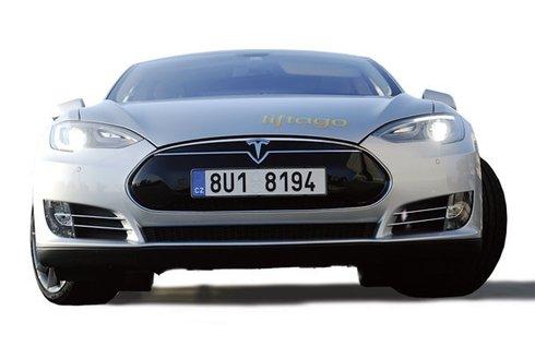 Svištíme na elektřinu: Otestovali jsme supersport Tesla na elektřinu