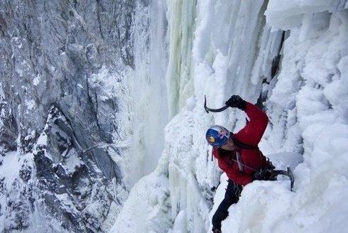 Borec! Will Gadd zvládl vylézt na Niagarské vodopády s cepínem!