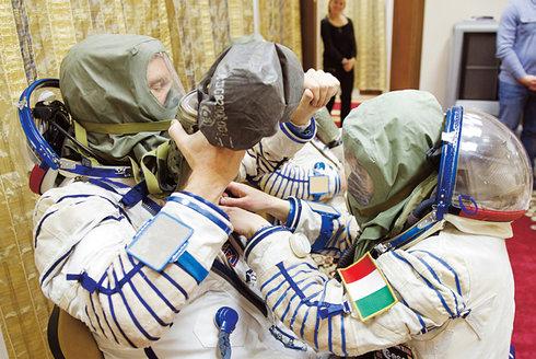 Evakuace vesmírné stanice: Astronauty ohrožuje kosmické smetí i požár