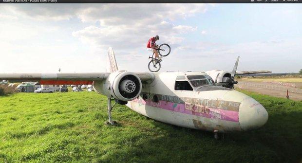 Frajerská projížďka na kole: Po letadle i na okraji mostu