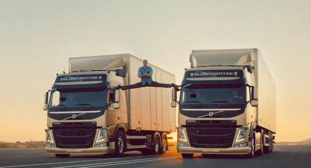 Van Damme a roznožka mezi náklaďáky!