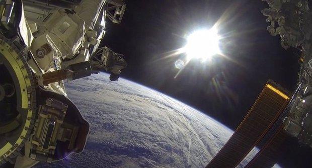 Magický pohled! Podívej se, jak vypadá procházka ve vesmíru