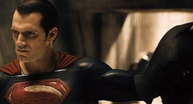 Superman vs. Batman: 1:0 na masky v novém klipu