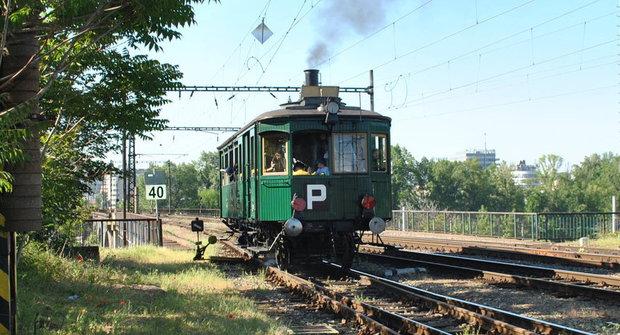 Návrat parního vozu Komarek na koleje
