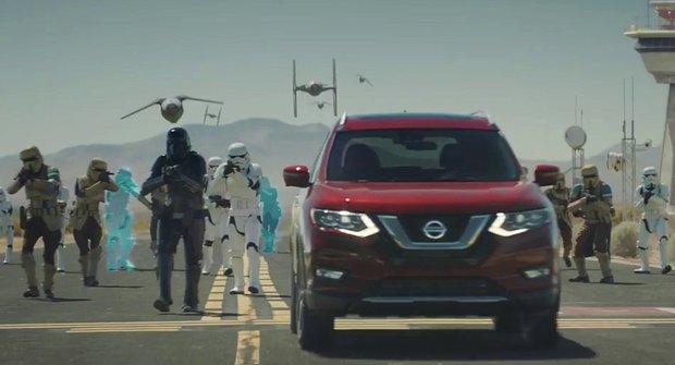 SUV mezi AT-AT: Nissan zaparkoval ve Star Wars