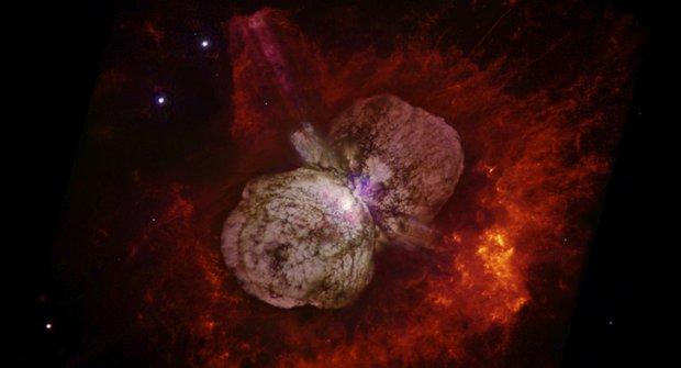 Záhada hvězdy Eta Carinae: Přežila výbuch supernovy?