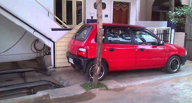 Tajná mini garáž pro chytré parkování: To není vtip!
