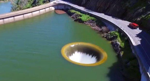 Zátka vytažena! Obří odtok v jezeře Berryessa
