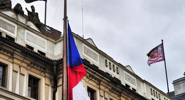 Vlajka slaví 100 let: Co znamená, když je na půl žerdi?
