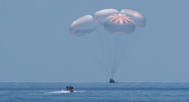 Historická mise Space X: Loď Crew Dragon se vrátila na Zemi