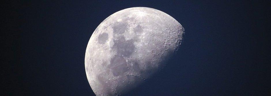 Vyhlídkový let nad Měsícem