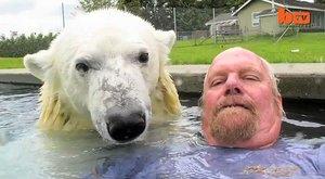 Protože je horko: Chlápek se koupe s ledním medvědem