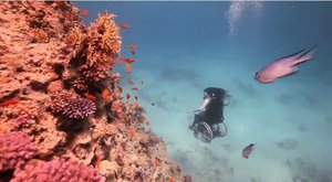 Moderní vynález: Invalidní vozík pro potápěče