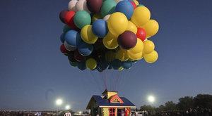 Domek vynesly do oblak nafukovací balónky