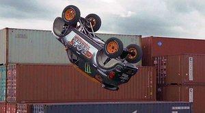 Mini cooper skáče backflip!