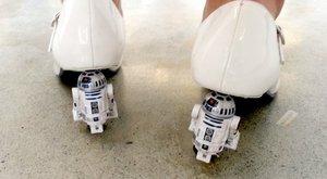 R2-D2 ze Star Wars a tyranosaurus místo podpatků