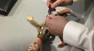 Kovbojovi z Toy Story: Příběhu hraček zabavila letištní ostraha miniaturní kolt