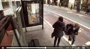 Bacha, padá meteorit! Chytrá reklama děsí cestující