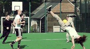 Opravdoví fotbaloví mistři světa: Míč, salto, back-flip a gól! Nebo koš?!