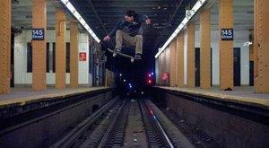 Úlet! Bláznivý skějťák přeskakuje metro, ale napoprvé to nevyšlo