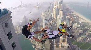 Adrenalínový nadšenci si zaskákali ze stého poschodí