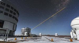 Zábava astronomů? Střílet laserem do oblohy!
