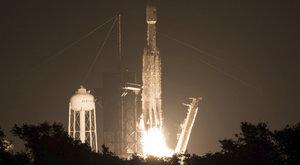 Nejsilnější raketa světa vynesla solární plachetnici