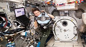 Hvězdný robot AstroBee se usadil na oběžné dráze