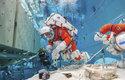 Astronauti NASA testují nové skafandry