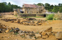 Hrad Guédelon se staví už dvacet let a jezdí sem zájemci o experimentální archeologii z celého světa