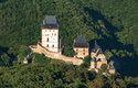 Karlštejn stojí na vápencovém výběžku. Jeho dominantou jsou dvě obytné věže a císařský palác