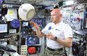 Kosmonaut Alexander Gerst si povídá se CIMONem