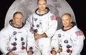Posádka Apolla 11, zleva: Neil Armstrong (velitel), Michael Collins (pilot velitelského modulu), a Buzz Aldrin (pilot lunárního modulu)