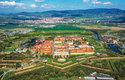 Terezín je rozdělen tokem Nové Ohře na jižní Malou pevnost a větší Hlavní pevnost spojené opevněnými předpolími (retranchementy)